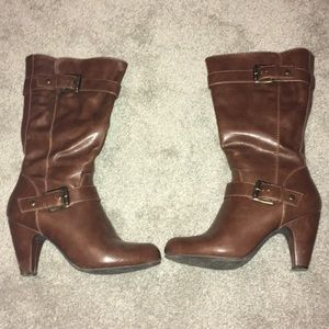 Brown heeled boot with buckle